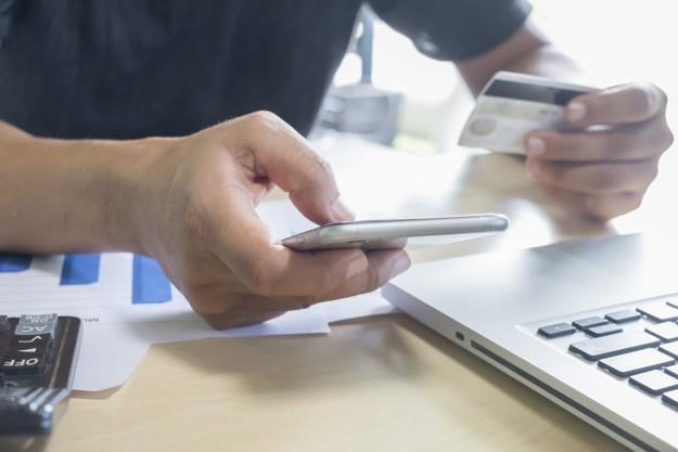 Yêu cầu các TCTD miễn, giảm phí và thông tin rộng rãi tới khách hàng