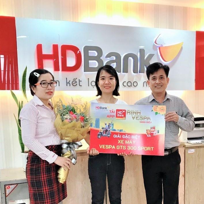"""Khách hàng may mắn nhận giải từ chương trình """"Tải App HDBank – Rinh Vespa sành điệu"""""""