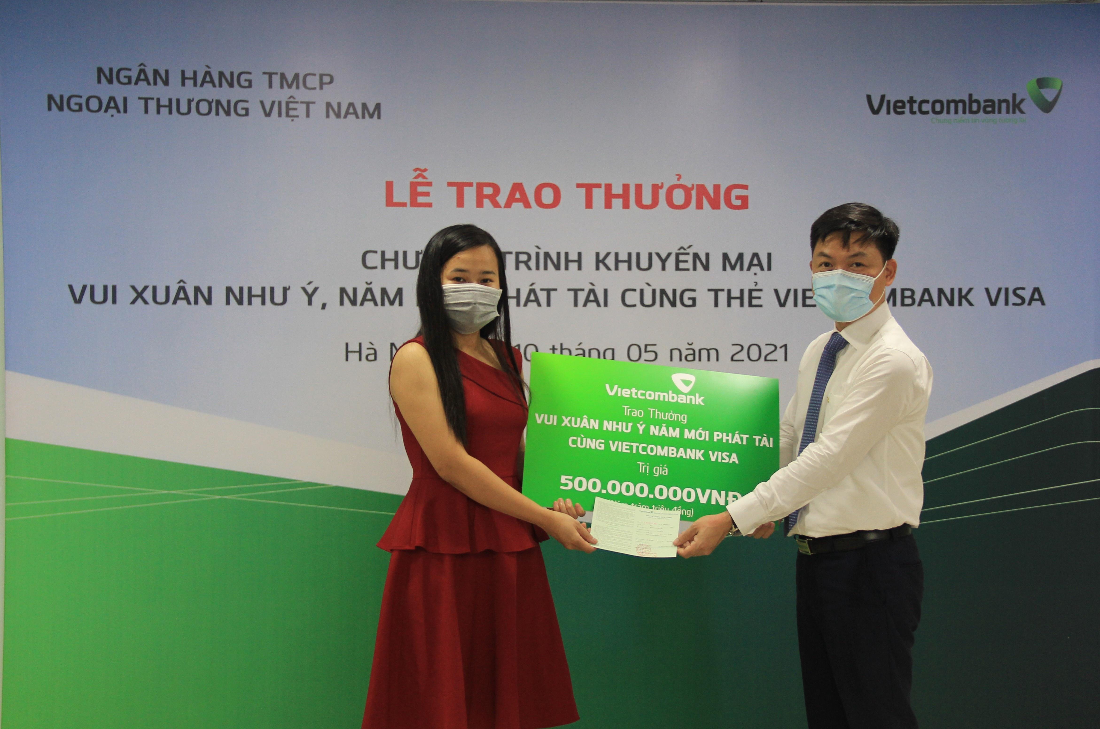 vietcombank trao thuong so tiet kiem 500 trieu dong cho khach hang may man